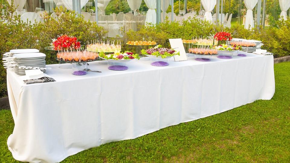 Come allestire la tavola per un buffet in giardino blog for Immagini di casa di 2000 piedi quadrati