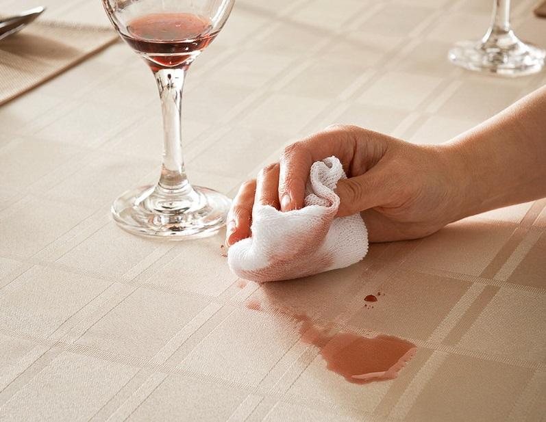 Tamponare subito la macchia di vino