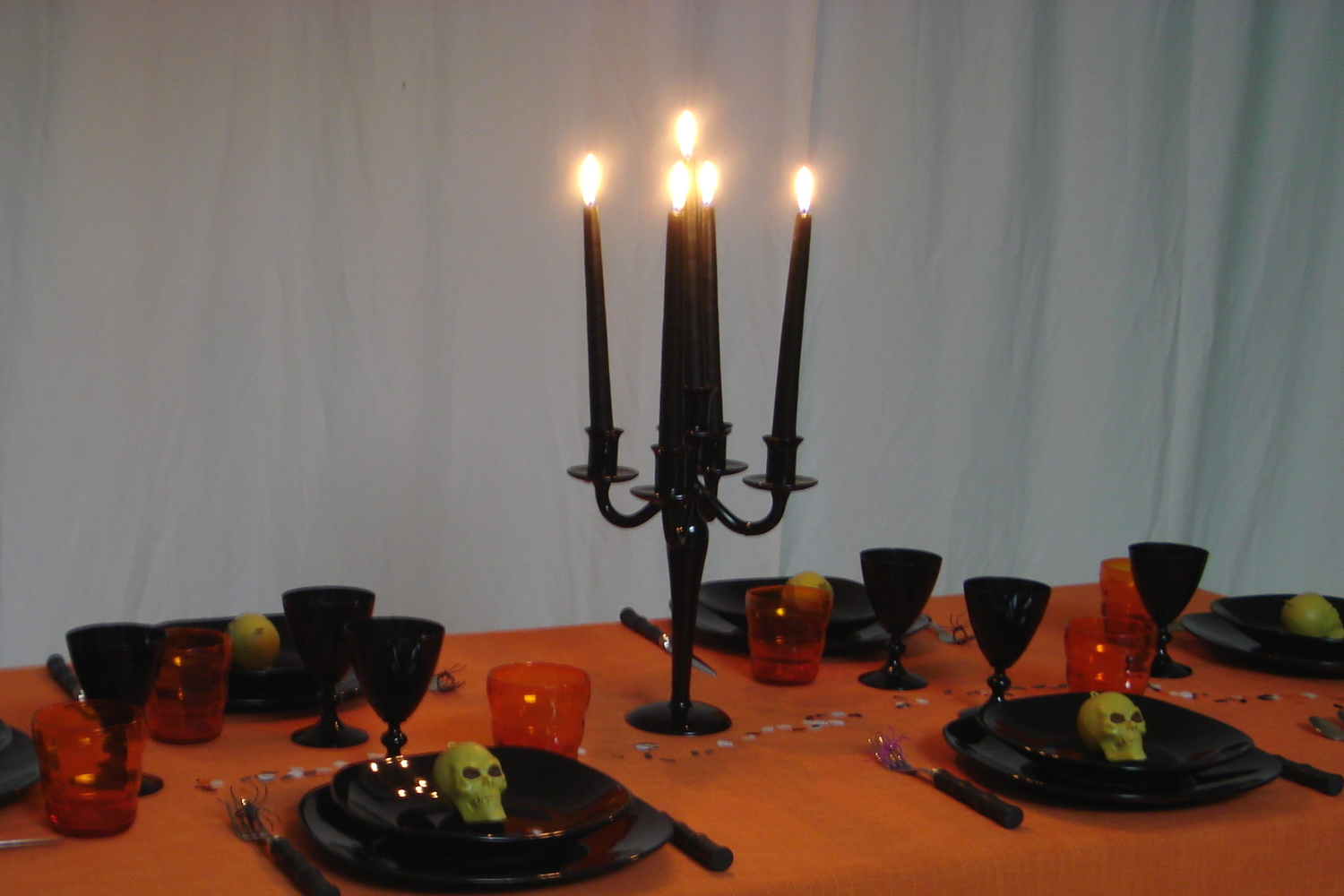 Candelabro-nero-in-vetro-per-la-cena-di-halloween-dress-my-table