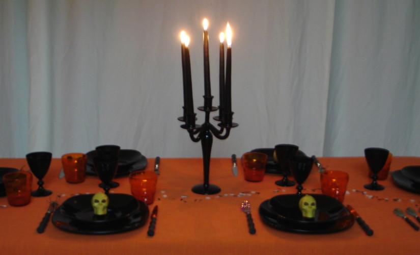 Halloween-la-tavola-con-tovaglia-arancione-bicchieri-neri-posate-nere