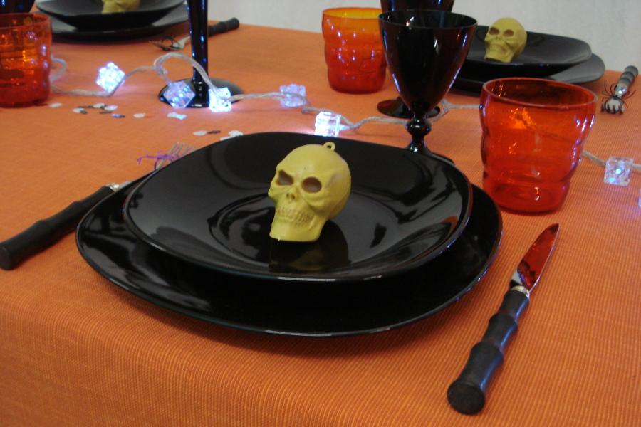 Halloween le cinque cose che non possono mancare a tavola for Posate nere